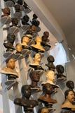 法国巴黎 02 25 2016/ 这人的品种与在人新的巴黎博物馆陈列的各种各样的头的  图库摄影