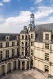 法国 Chambord城堡的庭院与大阳台和一部螺旋形楼梯, 1519 - 1547年的 库存图片