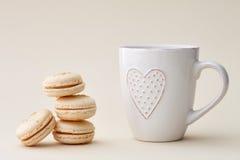 法国macarons和一个杯子有心脏的 库存照片