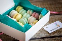 法国macarons,在箱子的混合颜色 免版税库存照片