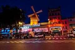 法国moulin晚上巴黎胭脂 免版税库存图片
