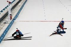 法国R的奥林匹克冠军马丁Fourcade渐近德国的西蒙Schempp赢取两项竞赛人` s 15km许多开始 免版税库存图片