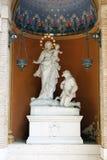 法坛和雕塑在梵蒂冈庭院里2010年9月20日的在梵蒂冈,罗马,意大利 免版税库存图片