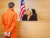 法官和犯罪讲话在美国国旗前面 免版税库存图片