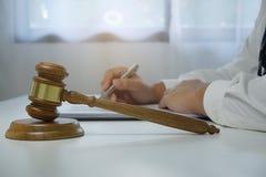 法官在律师书桌上的惊堂木锤子 免版税图库摄影