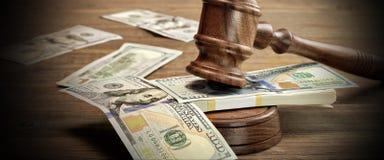 法官或拍卖人惊堂木和金钱在木表上 库存图片