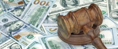 法官或拍卖人锤子在巨大的金钱堆 库存图片