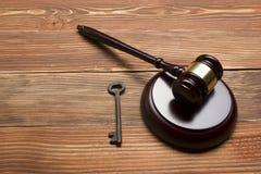 法官拍卖人惊堂木,在木表上的减速火箭的门钥匙 试验的,破产,税,抵押,拍卖概念 图库摄影