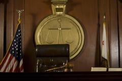 法官的位子和惊堂木法庭上室 库存照片