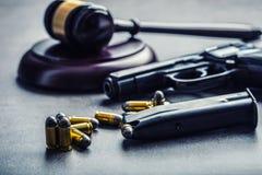 法官的锤子惊堂木 正义和枪 正义和司法制度在对对武器的不合法的使用 在谋杀的评断 库存照片