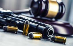 法官的锤子惊堂木 正义和枪 正义和司法制度在对对武器的不合法的使用 在谋杀的评断 免版税库存照片