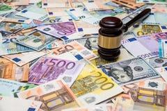 法官的锤子美元和欧元背景的  免版税库存照片