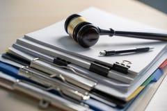 法官锤子和业务报告纸,重要文件 免版税库存图片