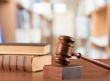 法官锤子和书 免版税图库摄影