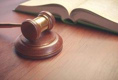 法官锤子和立法书 免版税图库摄影