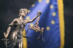 法官,在欧盟旗子前面的Justice夫人标度  图库摄影
