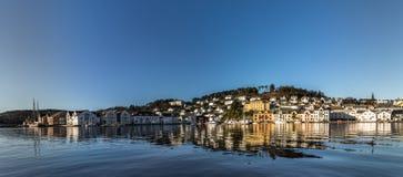 法尔松,从海洋的看法,小城市在挪威 免版税库存照片
