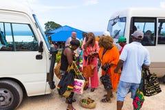 法尔茅斯,牙买加- 2018年5月02日:卖纪念品的摊贩对游人 库存照片
