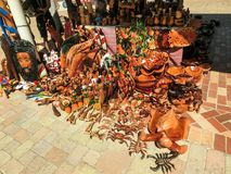 法尔茅斯,牙买加- 2018年5月02日:卖纪念品的摊贩对游人 免版税库存图片
