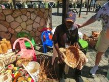 法尔茅斯,牙买加- 2018年5月02日:卖纪念品的摊贩对游人 免版税库存照片