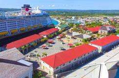 法尔茅斯,牙买加- 2018年5月02日:游轮由迪斯尼游览线路的迪斯尼幻想在法尔茅斯,牙买加靠了码头 免版税库存图片