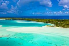 法属玻里尼西亚大溪地法卡拉瓦环礁环礁海岛和蓝色盐水湖寄生虫视图  免版税图库摄影