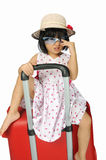 织法帽子和太阳镜的小亚裔女孩坐拥抱 库存照片