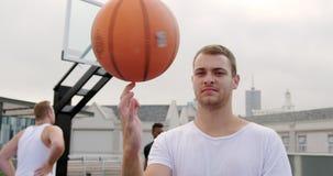 法庭上使用与篮球4k的篮球运动员 股票视频