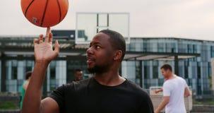 法庭上使用与篮球4k的篮球运动员 影视素材