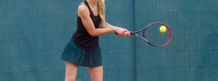 法庭上打网球的妇女的中央部位 免版税库存照片
