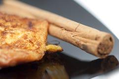 法式多士、torrijas和在一个黑色的盘子的肉桂条 免版税库存照片
