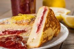 法式多士充塞用乳脂干酪和草莓结冻 免版税库存照片