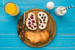 法式多士早餐用新鲜的莓果 免版税库存图片