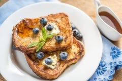法式多士用新鲜的蓝莓和枫蜜 免版税库存照片