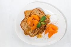 法式多士用果酱和蜜桔早餐,顶视图 免版税库存照片