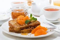 法式多士用果酱和蜜桔早餐 免版税库存图片
