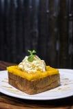 法式多士用芒果和打好的奶油 图库摄影
