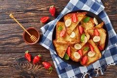 法式多士用草莓和香蕉 库存图片