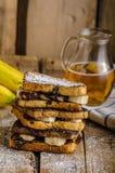 法式多士被填装的香蕉和巧克力 库存照片