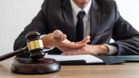 法律、律师律师和法官概念、工作在重要案件的文件和报告的在法律的男性律师或者公证员 免版税库存图片
