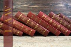 法律与公正党,合法概念,在木背景的法官惊堂木,法律图书馆概念 免版税库存照片