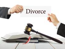 法律书籍和木法官惊堂木在桌上在法庭或执法办公室 拿着名片的律师手 库存图片