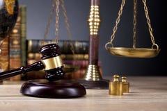 法律办公室 判断` s正义惊堂木和标度  免版税库存照片