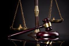法律办公室 判断` s正义惊堂木和标度  免版税图库摄影