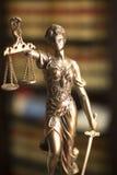 法律图书馆法律雕象Themis 免版税库存照片