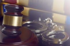 法律概念惊堂木和手铐 免版税图库摄影