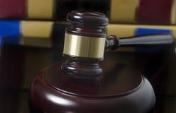 法律概念惊堂木和法律书籍 免版税库存图片