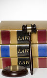 法律概念惊堂木和法律书籍 库存图片