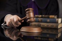 法律概念,男性法官在碰撞惊堂木的法庭 免版税库存照片