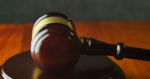法律法官与惊堂木和锤子的诉讼概念 股票录像